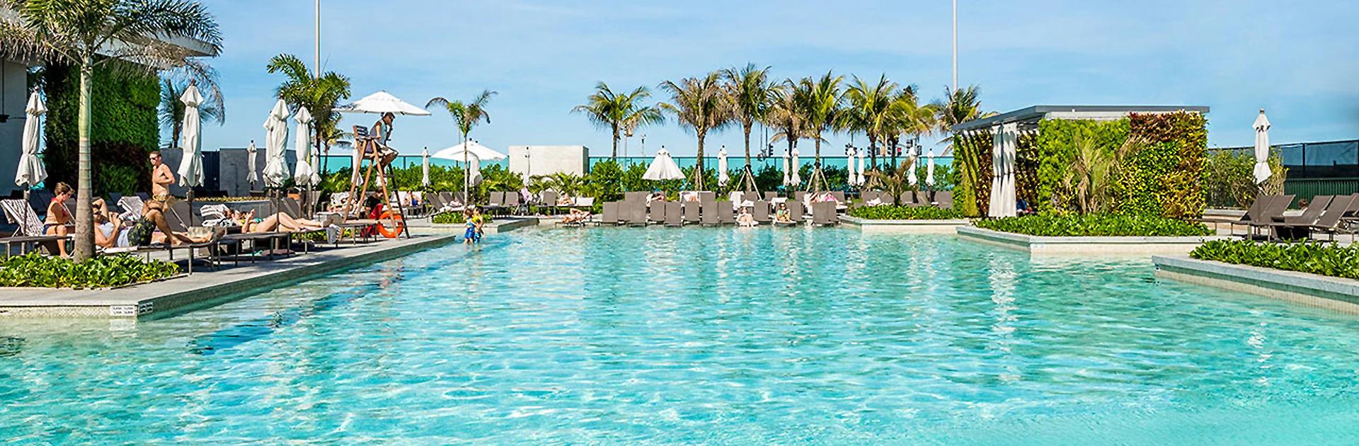 vista das piscinas do grand hyatt hotel
